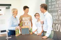 Stolz präsentieren sich die Familienmitglieder am easyfaM® Taskboard, was sie im Team diese Woche alles erledigt haben.