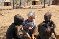 Vier Jungs und ein Paar Flipflops bei den Himbaherero in Namibia
