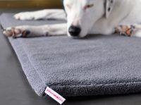 Das orthopädische Hundebett von piccobello schützt vor Druckstellen und Liegeschwielen und schont die Gelenke