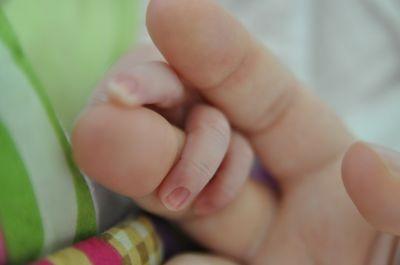 Beim Kaiserschnitt wird das Baby operativ aus dem Bauch der Mutter geholt.