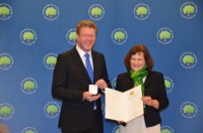 Bayerische Staatsmedaille für Felicitas Hanne vom Kinderhaus Atemreich