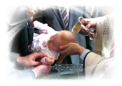 Die christliche Taufe ist mit einer Reihe von Symbolen und Ritualen verbunden