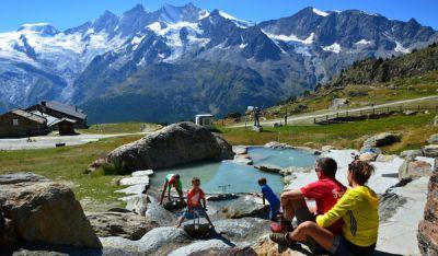 Grosseltern mit Enkel entdecken die abenteuerliche Bergwelt