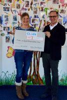 Koordinatorin Brigitte Huke vom AKHD freut sich über die Spende von CLEAN Excellence Geschäftsführer Michael Thomas Baggeler.