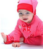Auf Babylätzchen von Funky Giraffe können Eltern ihre Babys bedekenlos herumkauen lassen. Bildrechte: FunkyGiraffe.de