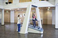 Im Endeffektor Gangtrainer LYRA® von ABILITY Switzerland werden neurologische Patienten Schritt für Schritt ans Gehen gewöhnt.