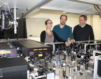 Das Forscherteam: Daniela Wolf, Dr. Thorsten Schumacher und Prof. Dr. Markus Lippitz im Bayreuther Labor für Nanooptik (v.l.n.r.).