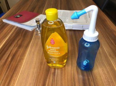 Johnson's Babyshampoo, mit dem die Effektivität gegen das Coronavirus nachgewiesen wurde und eine Nasendusche. (Foto: Dr. Ayna)