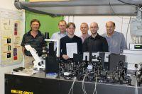 Die Mitglieder der Uni - Forschergruppe aus Bayreuth und Erlangen-Nürnberg in einem Bayreuther Laserlabor für Experimentalphysik