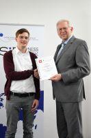 Professor Dr. Hans-Heinrich Bass überreicht den Studienpreis der Sparkasse Bremen an Felix Reimann