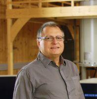 Prof. Dr. Paul Rösch hier in der NMR-Halle des Forschungszentrums Bio-Makromoleküle der Universität Bayreuth