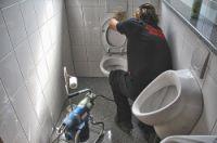 Ob Firmen-WC oder privates Badezimmer, ob Wohn- oder Geschäftshaus: Kuchler Service bietet Abflussdienst und Rohrreinigung.