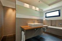 Das Bad ist ein typischer Ort, wo barrierefreier Zugang eine große Rolle für den Komfort und die Sicherheit der Bewohner spielt.