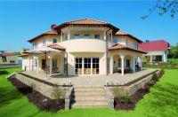 Das schlüsselfertig errichtete Wohnhaus zeichnet sich insbesondere durch den Einsatz umweltschonender Leichtbetonsteine aus.