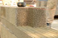 Guter Putzgrund: Außenputz kann sich mit Leichtbeton-Mauerwerk aufgrund der offenporigen Struktur besonders fest verkrallen.