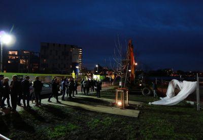 Zahlreiche Projektbeteiligte versammelten sich, um die Bauphase des Wohngebäudes in Amsterdam einzuläuten.  Foto: Brüninghoff