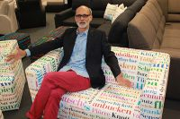 Wolfgang Döll präsentiert das 2er Sofa TUBA mit dem Stoff WESTFALIA auf dem Messestand