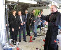 Bayerns Wirtschaftsministerin Ilse Aigner weiht zusammen mit Dekan Stefan Scheifele den neuen Tunnelofen von Leipfinger Bader ein.