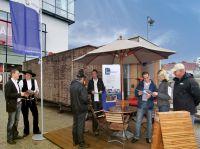 Bauinteressierte Verbraucher und auch Handwerker infomieren sich bei den Fachberatern der BAUnatour.