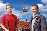Die Geschäftsführer und Handwerksmeister Johannes Weigel u. Sebastian Weigel  kennen sich beim Dacheindecken aus.