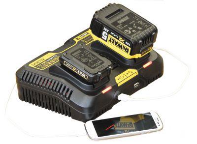 Die neue DEWALT Universal-Ladestation DCB 102 lädt Akkus und USB-Geräte wie Handys, Tablets und MP3-Player gleichzeitig.