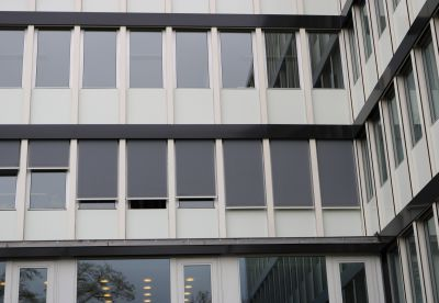 Sowohl die Außenbekleidung als auch die Markisen fügen sich kompromisslos in das Gesamtbild der Fassade ein. Foto: Lameko