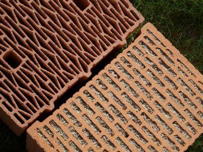 Mit oder ohne Dämmstoff-Füllung ein Gewinn: Moderne Mauerziegel erzielen beste Schall- und Wärmedämmwerte.