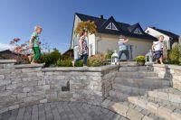 Neues Leben im Garten: Mit Mauerelementen wie die Vermont-Bruchsteinmauer erhält der Außenbereich auf schöne Art eine Struktur