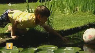 Kind am Teich