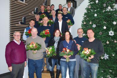 Zusammengewachsen: Geschäftsführer Manfred Frechen (links) gratuliert dem Großteil der Jubilare persönlich (Bild: German Windows).