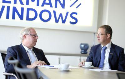 Mit Wirkung zum 7. Mai übernahm Helmut Paß (r.) den Geschäftsführerposten von Firmengründer Manfred Frechen (Foto:GERMAN WINDOWS).