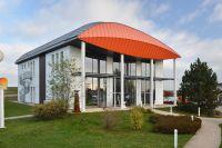 Für Gewerbebauten lassen sich Dachformen finden,die Blickfang und Wetterschutz zugleich sind.C: Schnoor/GIN, Ostfildern, GIN