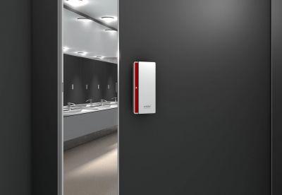 Der neue Türbeschlag der Schäfer Trennwandsysteme GmbH Slidesafe ermöglicht ein einfaches Bedienen von WC-Kabinentüren.