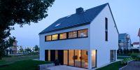 Reduzierte Architektur, klassische Linien. So geht ökologisches Wohnen heute.