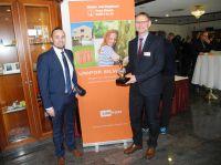 Geschäftsführer Bax (rechts) und Vertriebsleiter Baptist (links) beantworteten Fragen zum Silvacor-Mauerziegel (Unipor, München).