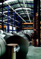 Mit bis zu 70.000 Lumen pro 4,5 Meter Länge eignen sich die  LED-Hallen-Lichtbänder speziell für hohe Hallen. Foto: Wasco