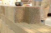 Leichtbeton-Steine sind einfach zu verarbeiten, ein optimaler Putzgrund und auch als vorgefertigte Wandelemente erhältlich.
