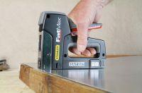 Heftet auch harte Materialien: der Hochleistungs-Tacker/Nagler FatMax TR350