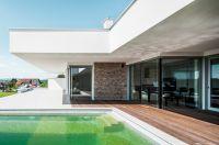 Das Fassadendämmsystem Capatect Natur+ umfasst eine Dämmplatte aus Nutzhanf, beschichtet mit einem Putz von Caparol.©DAW-Caparol