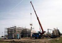 Energieeffizienter Hausbau: Am 19. und 20. April wurde in 48 Stunden das neue Musterhaus Werder montiert. (Foto: Hanlo)