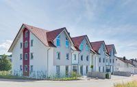 Die neuen Ziegel-Mehrfamilienhäuser in Engelsbrand erreichen problemlos den KfW-Effizienzhaus-Standard 70 (Bild: Unipor, München).