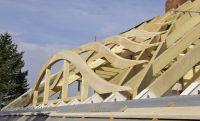 Vorgefertigte Fledermausgauben harmonisch in der Dachfläche. Copyright: Holzbau Schnoor