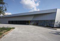 Auch architektonisch aufwändigere Formen lassen sich mit Sandwichelementen von Kingspan realisieren. Foto: Kingspan GmbH
