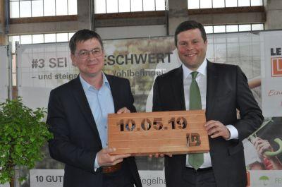 Vilsecks CSU-Vorsitzender, Markus Graf (li.), gratuliert Thomas Bader zur Einweihung des Ziegelwerks (Foto: Leipfinger-Bader).