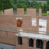 Eine monolithische, also einschalige Bauweise besteht aus tragendem Mauerwerk - innen und außen verputzt (Bild: Unipor, München).