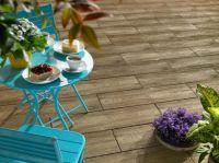 Täuschend echt: Die Terrassenplatte Bradstone-LogPlank wirkt durch die gemaserte Oberfläche wie echte Holzdielen