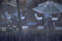 Starke Unwetter sind eine Gefahr für Gebäude in Hanglage. Hangbefestigungen mit Naturstein-Palisaden sind schön und sicher