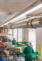 Das LED-Hallen-Lichtband Redox erfüllt die hohen Qualitätsstandards für die Lebensmittel- und Getränkeindustrie. Foto: Wasco