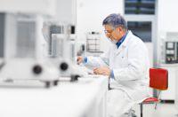 Im Testlabor wird überprüft, ob technische PEF- und FEF-Dämmstoffe die relevanten bauphysikalischen Anforderungen erfüllen.