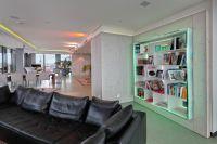 Im 120 Quadratmeter großen Wohnraum gibt es eine Küche, Essbereich und eine freistehende Badewanne mit Blick auf München